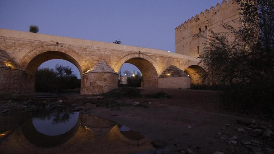 La Junta invierte 40.000 euros en la reparación de la iluminación artística del Puente Romano