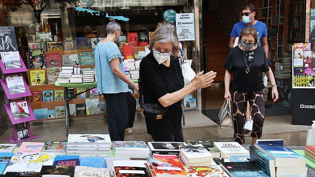 Clientas, ayer, en el expositor exterior montado por la librería Librouro.