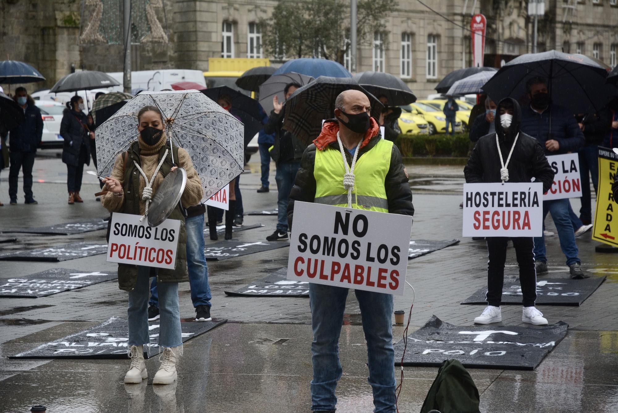 Los hosteleros de Pontevedra, Marín y Poio asisten a su propio entierro