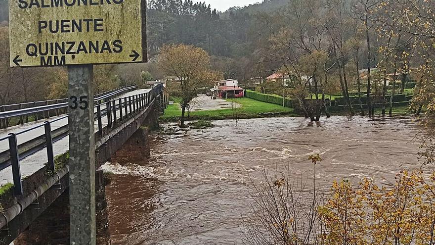 Los ribereños del bajo Nalón y Narcea, preocupados por la crecida de los ríos