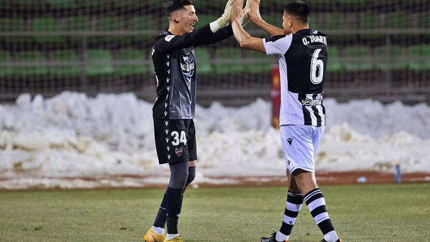 Dani Cárdenas y Óscar Duarte se felicitan tras marcar el defensa costarricense el gol que certificaba el pase a octavos de final.   EFE/RODRIGO JIMÉNEZ