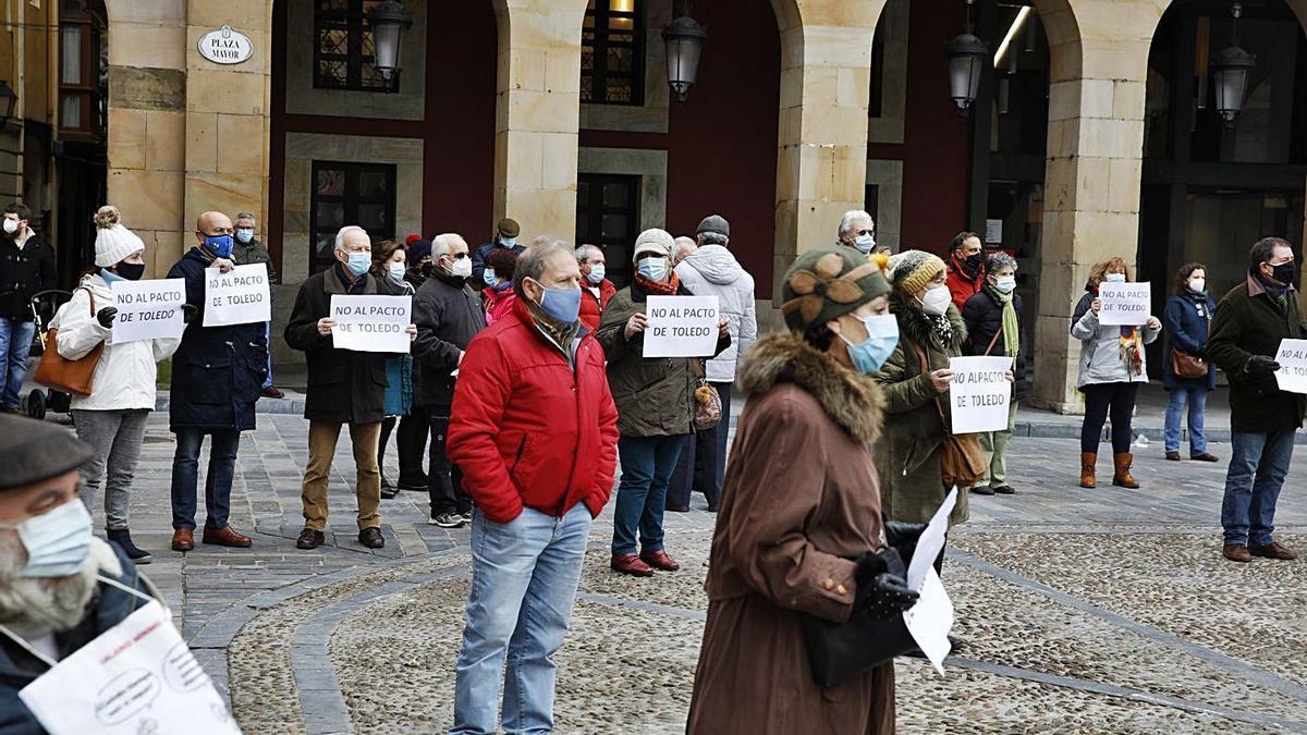 Los pensionistas retoman sus protestas en la plaza Mayor | ÁNGEL GONZÁLEZ