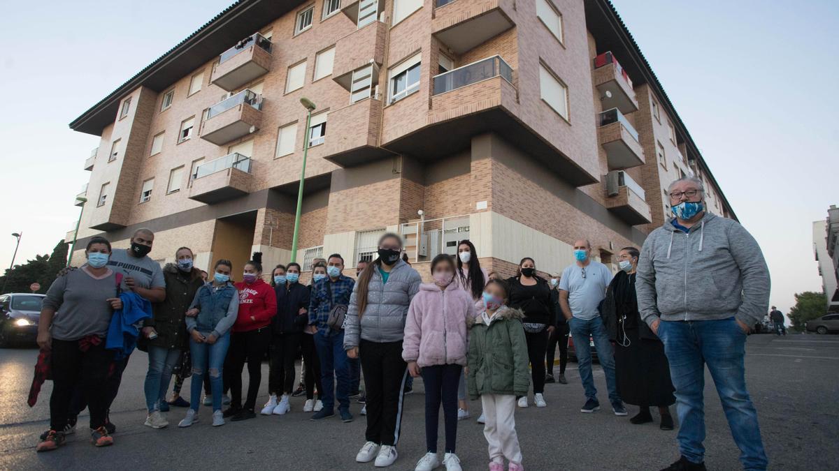 Desahucio de 38 familais en la calle San Sebastián de La Pobla de Vallbona.