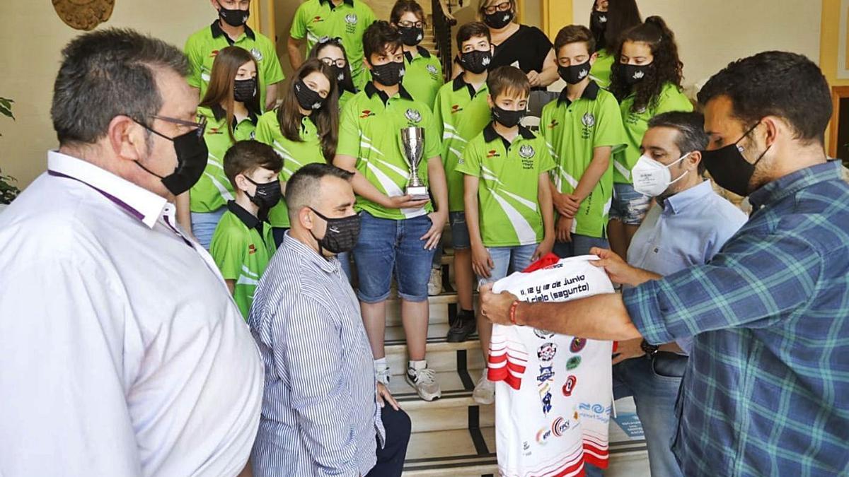El alcalde Darío Moreno recoge la camiseta del X aniversario del club. | DANIEL TORTAJADA