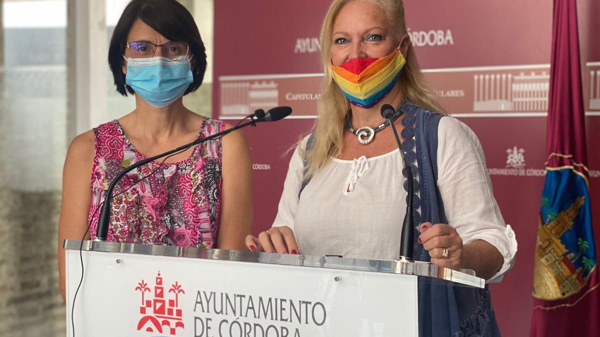 Las concejalas Amparo Pernichi, de IU, y Cristina Pedrajas, de Podemos