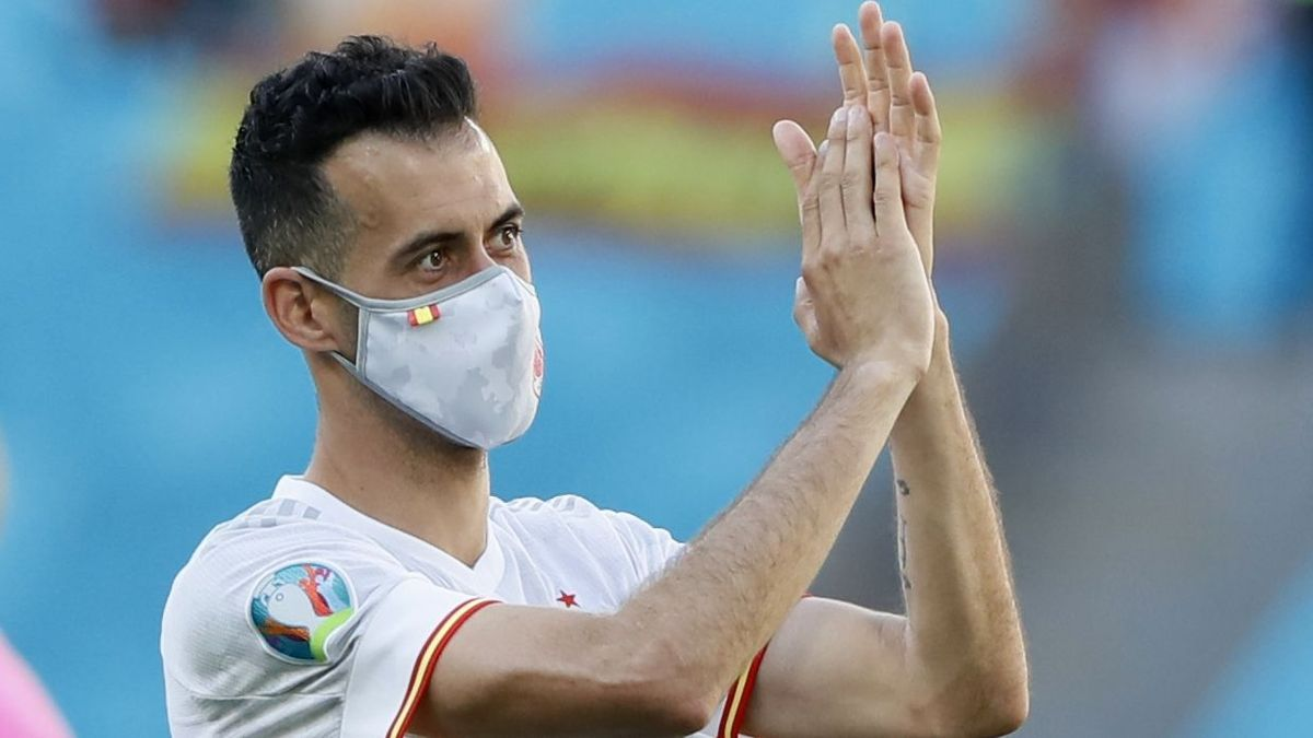 Sergio Busquets aplaude a la afición