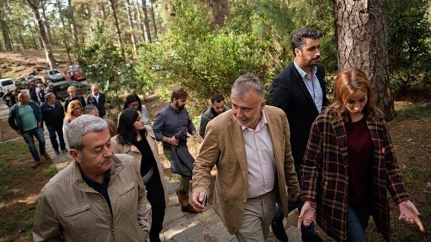 El PSOE regresa al monolito demolido