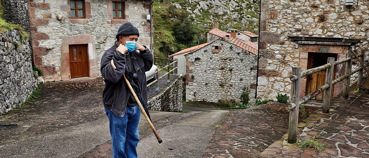 Simón Campo, ayer, en el corazón del pueblo de Tresviso.