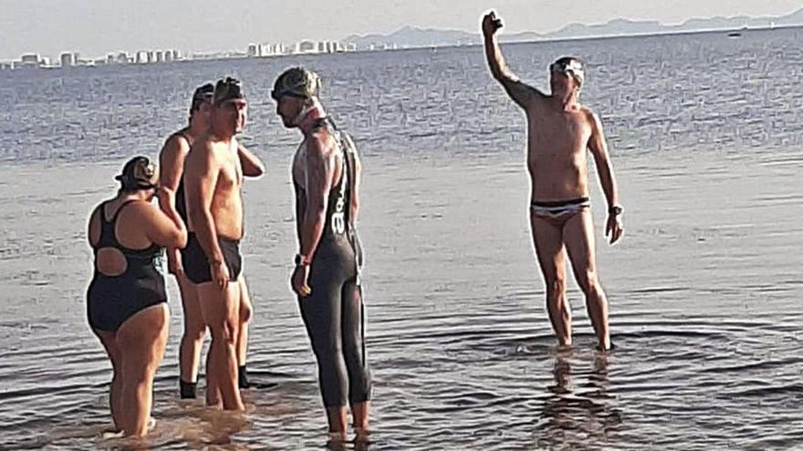Toda la noche nadando a ciegas por el Mar Menor por una buena causa