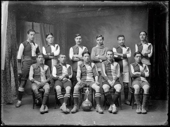 El archivo ofrece una crónica de la vida deportiva y social de Vigo.