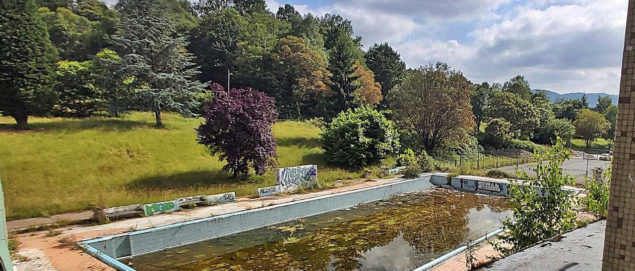 Las piscinas de Pénjamo, en avanzado estado de deterioro. | LNE