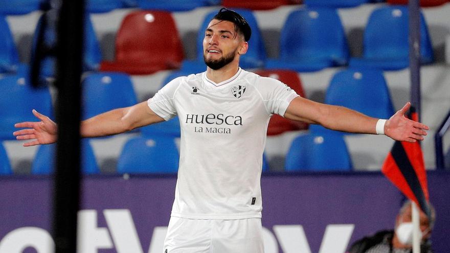 Un doblete de Rafa Mir noquea al Levante y saca del último puesto al Huesca
