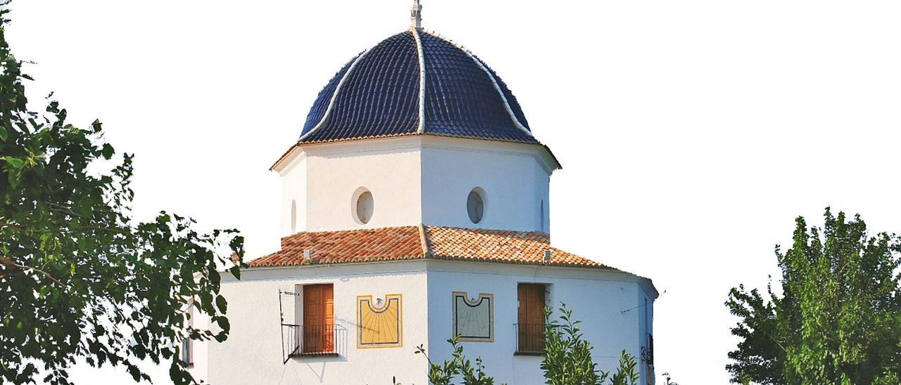 La singular ermita de Sant Bernat, de  planta heptagonal, uno de los edificios rodeada de vegetación.    AJUNTAMENT