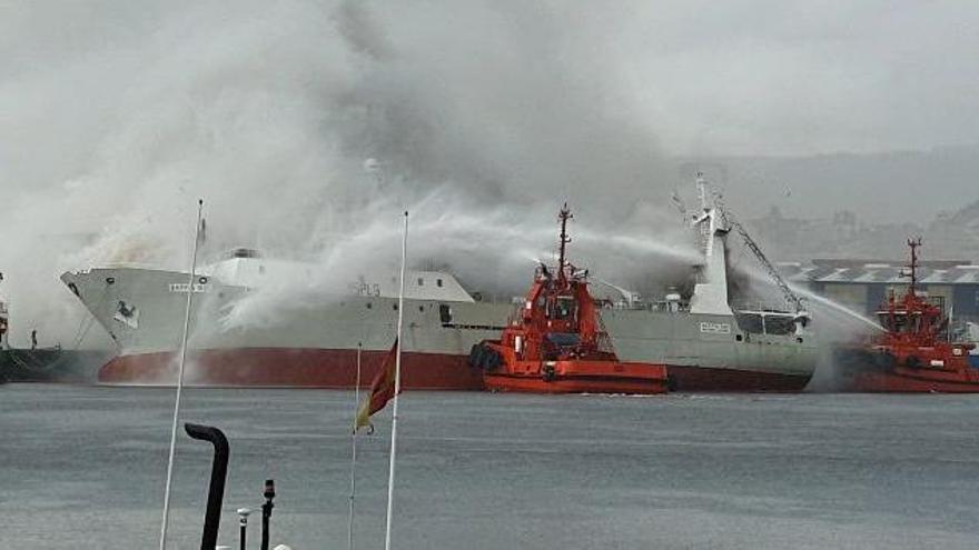 El pesquero incendiado en Bouzas se escora; se teme su hundimiento