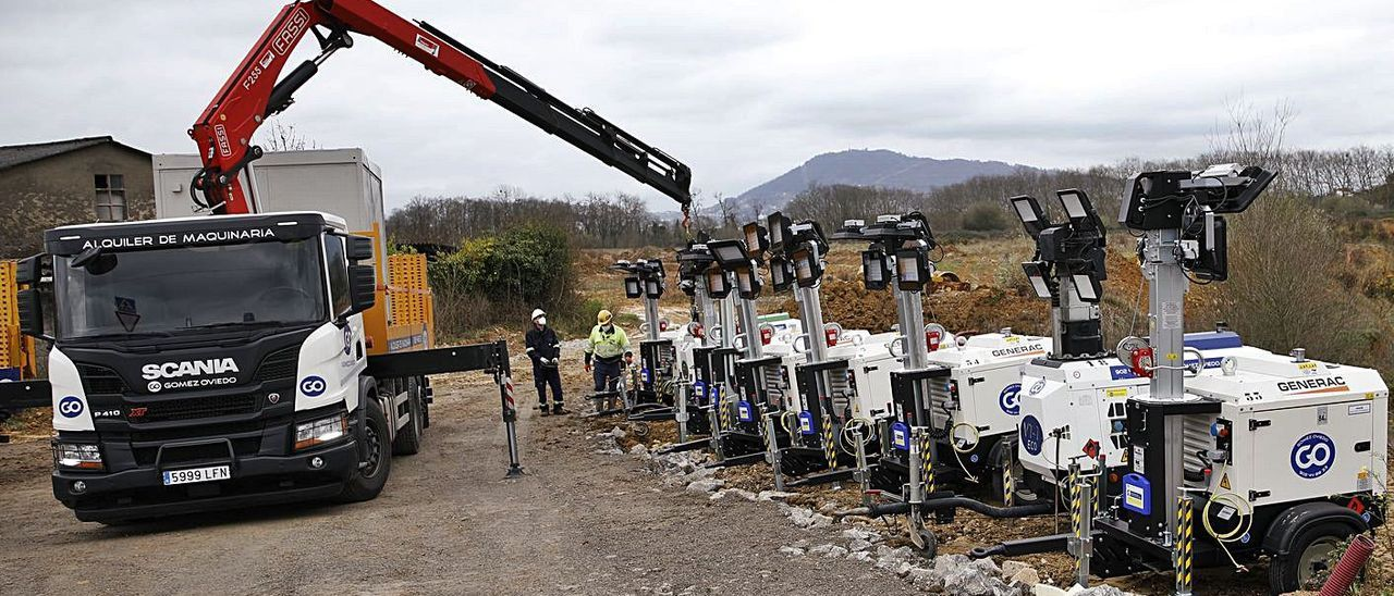 Maquinaria ubicada en Bobes, ayer, para el inicio de los trabajos de movimiento de tierras. | Ángel González