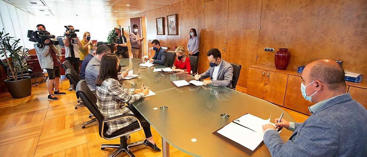 Un momento de la firma del convenio entre el Consell de Eivissa y los cinco ayuntamientos. | V. MARÍ