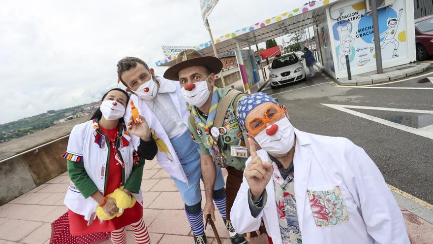 """Los """"doctores de la sonrisa"""" que hacen más llevadera la PCR de los más pequeños en Asturias"""
