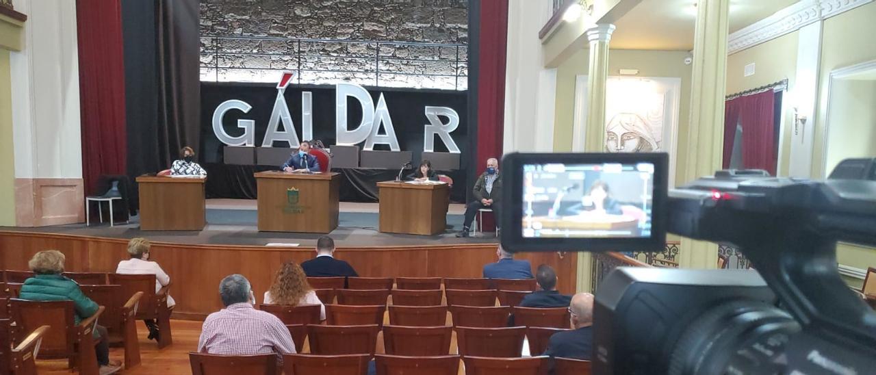 Una cámara de Televisión graba el pleno de Gáldar