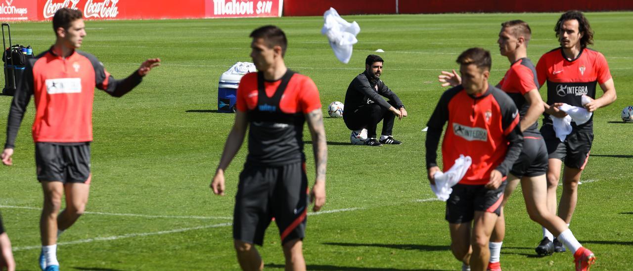 Gragera, Djuka, Gallego, Saúl García, Cumic y Pelayo Suárez, durante un entrenamiento en Mareo