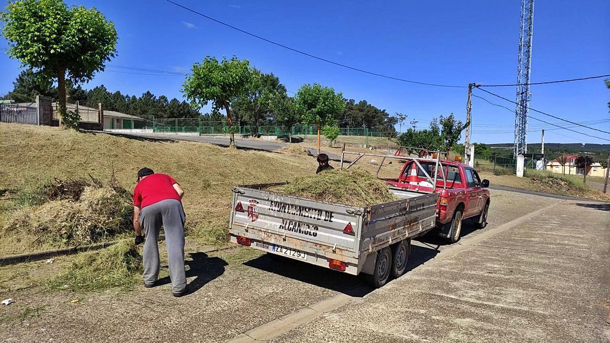 Desbroce de zonas públicas en Alcañices por parte del Ayuntamiento. | Chany Sebastián