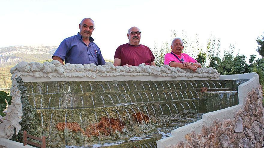 Tres trabuqueños fabrican su particular Fuente de los Cien Caños