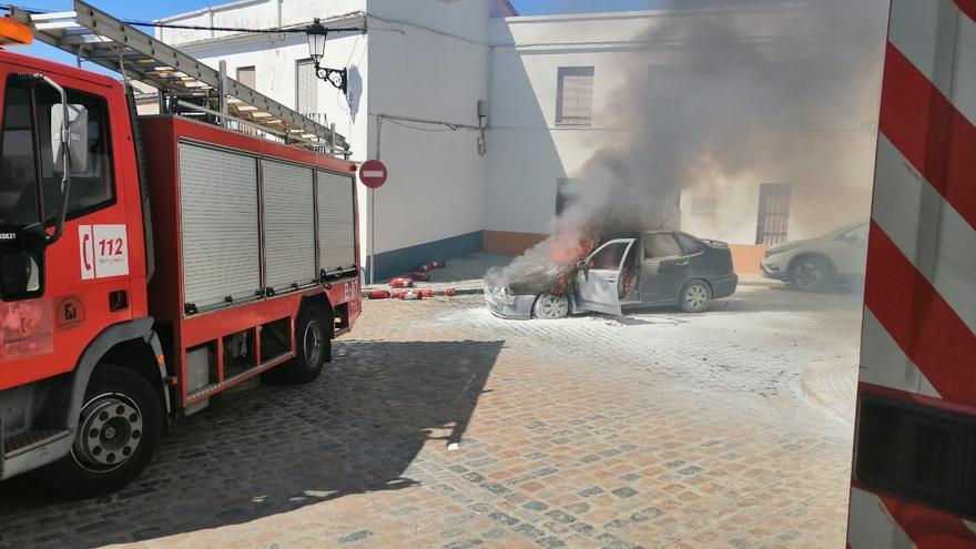 Sofocan el incendio de un vehículo en la calle Tejedores de Fuente Obejuna