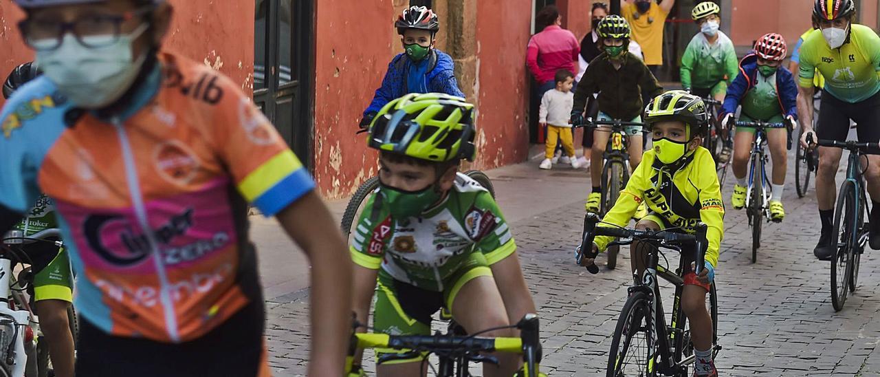 Un reciente acto de niños en bicicletas en el entorno de la iglesia de Santiago de Gáldar, con la presencia del campeón del Tour, Pedro Delgado, a la derecha     AN DRÉS CRUZ