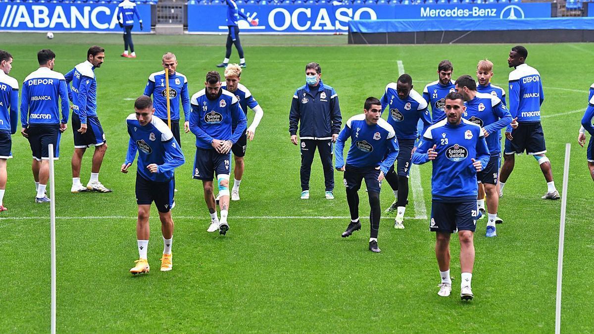 Los futbolistas del Deportivo, en un entrenamiento en el estadio de Riazor. |  // VÍCTOR ECHAVE