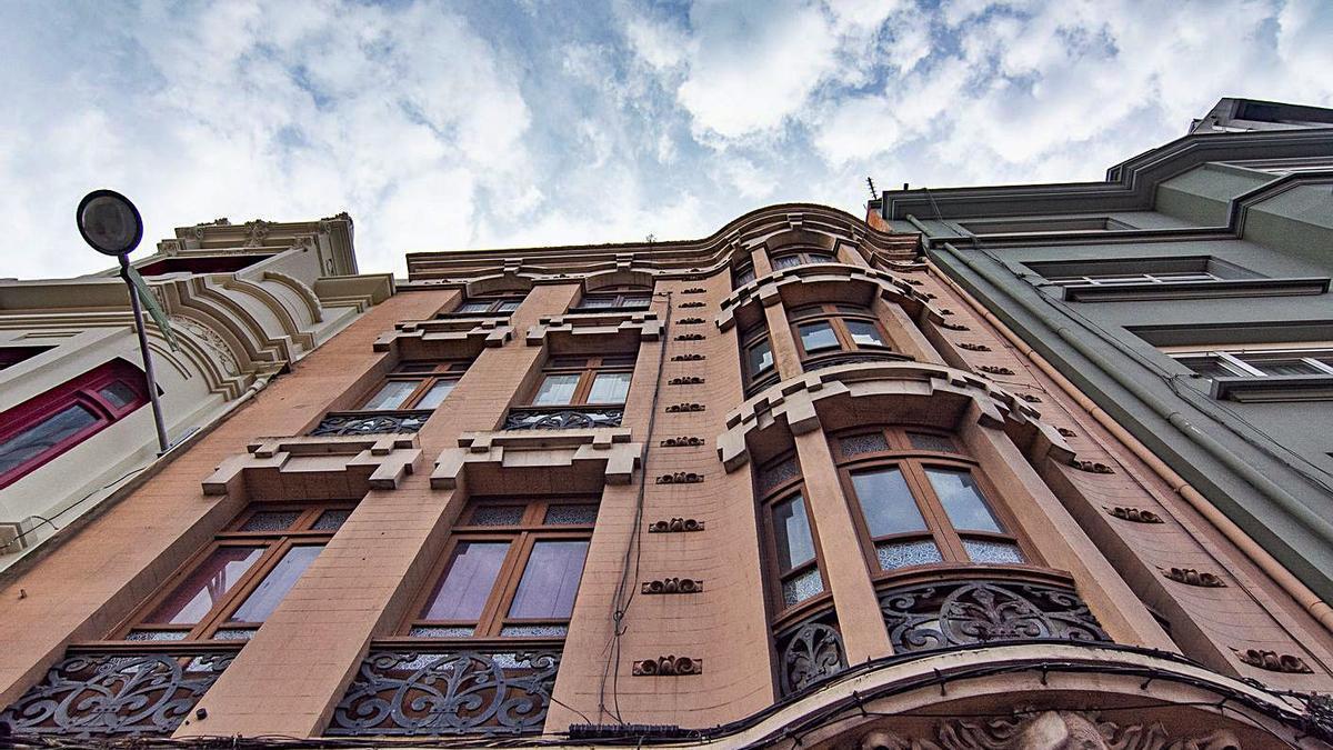 Fachada del edificio número 130 de la avenida de Oza, en el que se inició su rehabilitación. |   // LA OPINIÓN
