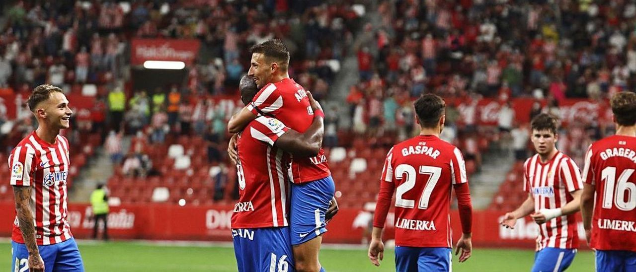 Fran Villalba, a la izquierda, observa el abrazo de Babin y Aitor García tras el 2-0 al Leganés.   Juan Plaza