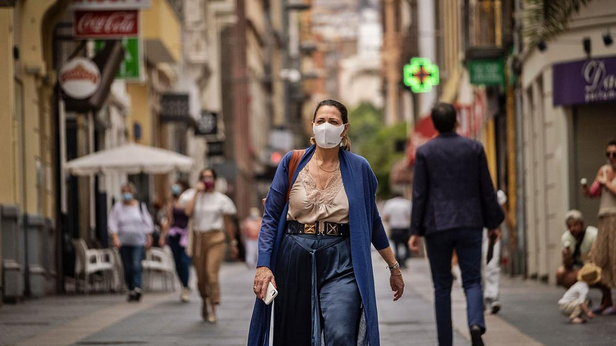 Una mujer camina por la calle del Castillo.