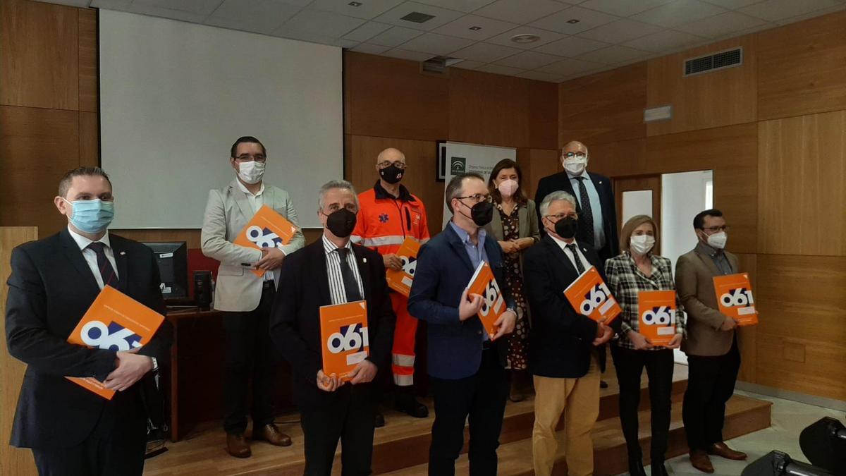 La delegada de Salud, con los representantes de las nuevas zonas cardioaseguradas en Córdoba.