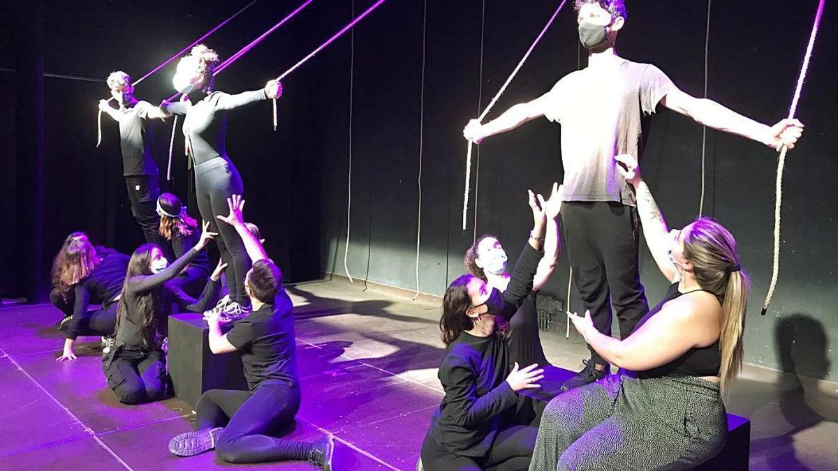 Teatre dins del teatre (treball en procés) Un grup «ple d'energia», amb necessitat d'explotar després del confinament