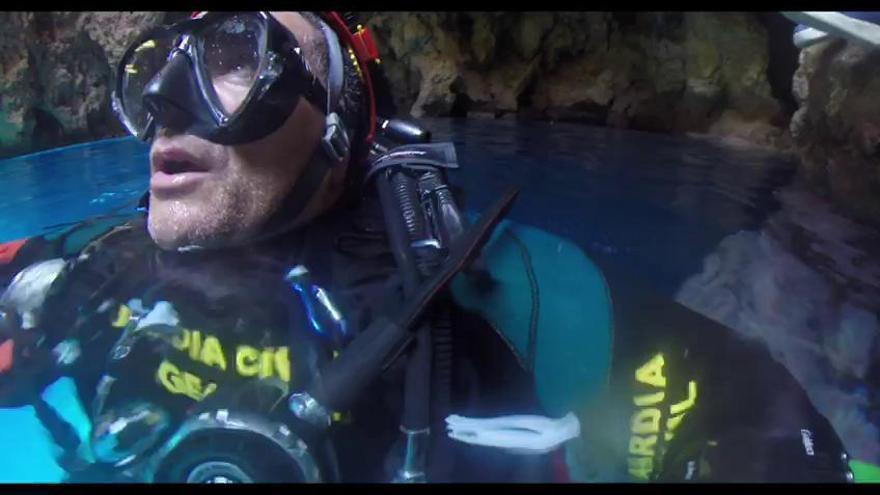 Los buzos de la Guardia Civil rescatan a un joven de 17 años atrapado en una cueva en Ibiza