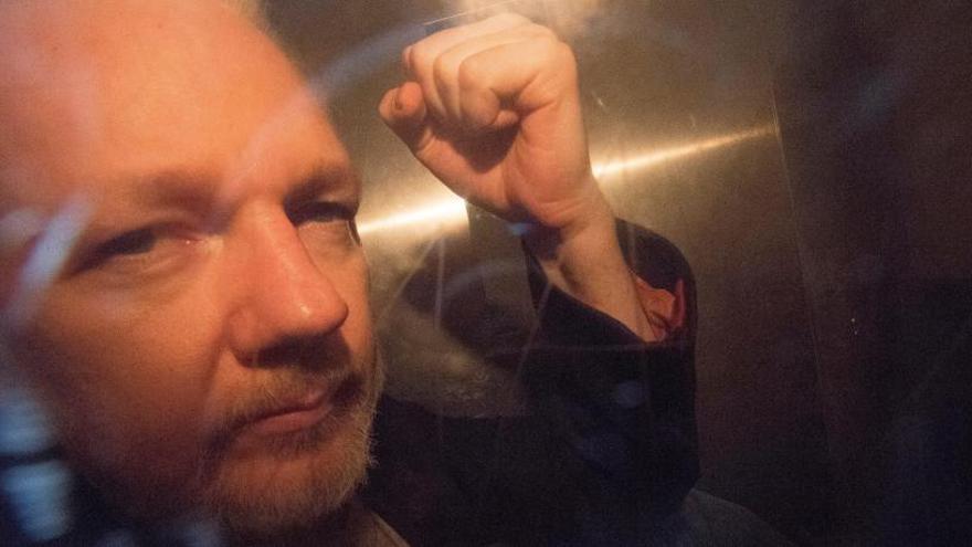 """Assange pide su libertad por su """"vulnerabilidad"""" al virus"""