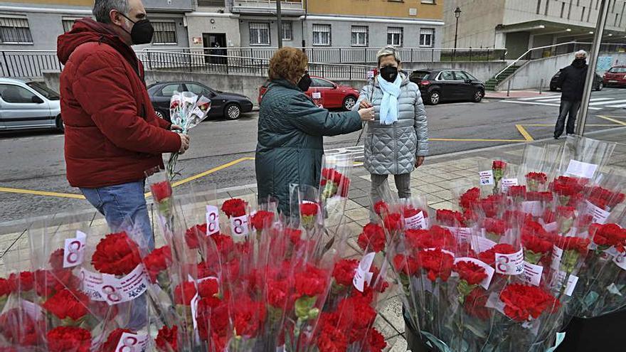 La Luz y Villalegre agasajan con claveles a las mujeres en un acto conmemorativo previo al 8M