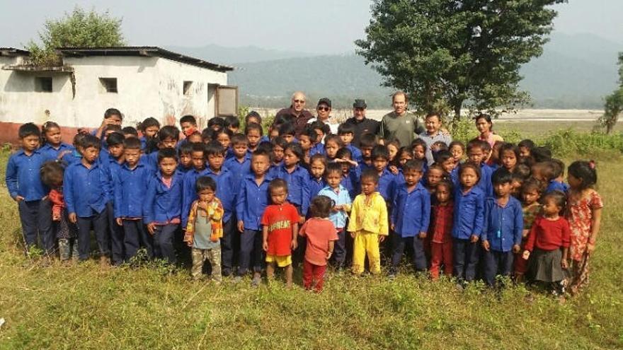Educanepal busca 'un cacharro de gofio y agua' para los niños del país