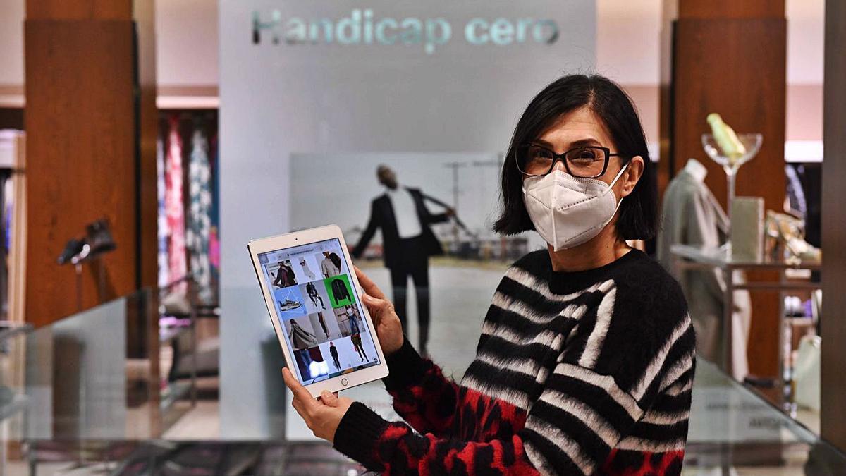 Beatriz Romeo, dueña de la 'boutique' coruñesa Handicap Cero, muestra su tienda digital.   | // VÍCTOR ECHAVE