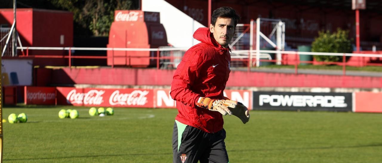 Mariño, durante el entrenamiento del Sporting esta mañana en Mareo.