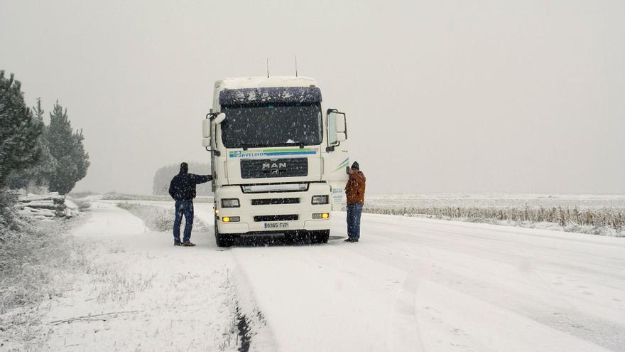 La nieve obliga a cerrar el Puerto de Pajares al tráfico de vehículos pesados
