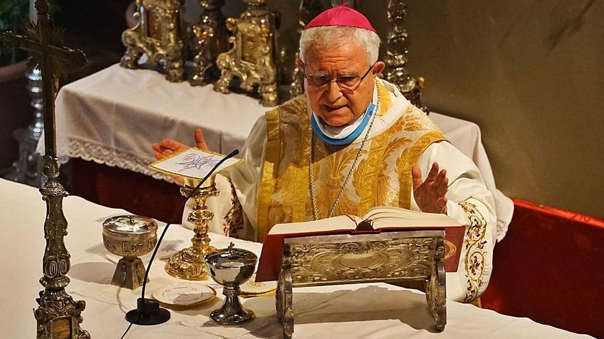 El obispo de la Diócesis de Orihuela-Alicante, Jesús Murgui, oficia una misa.