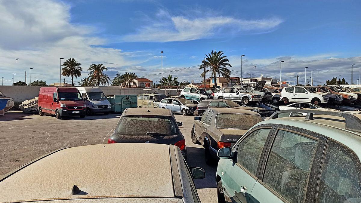 Imagen del depósito previsto para albergar los vehículos retirados de la vía pública ahora repleto de coches abandonados.
