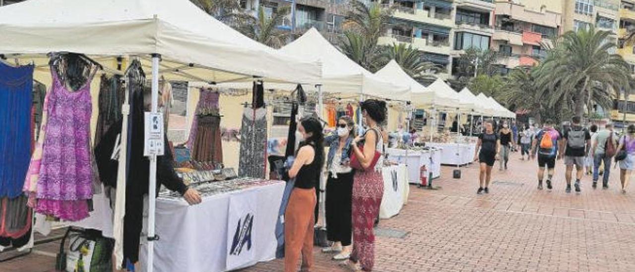 Vista del mercado artesanal Veguearte en la plaza de Saulo Torón del paseo de Las Canteras, ayer.