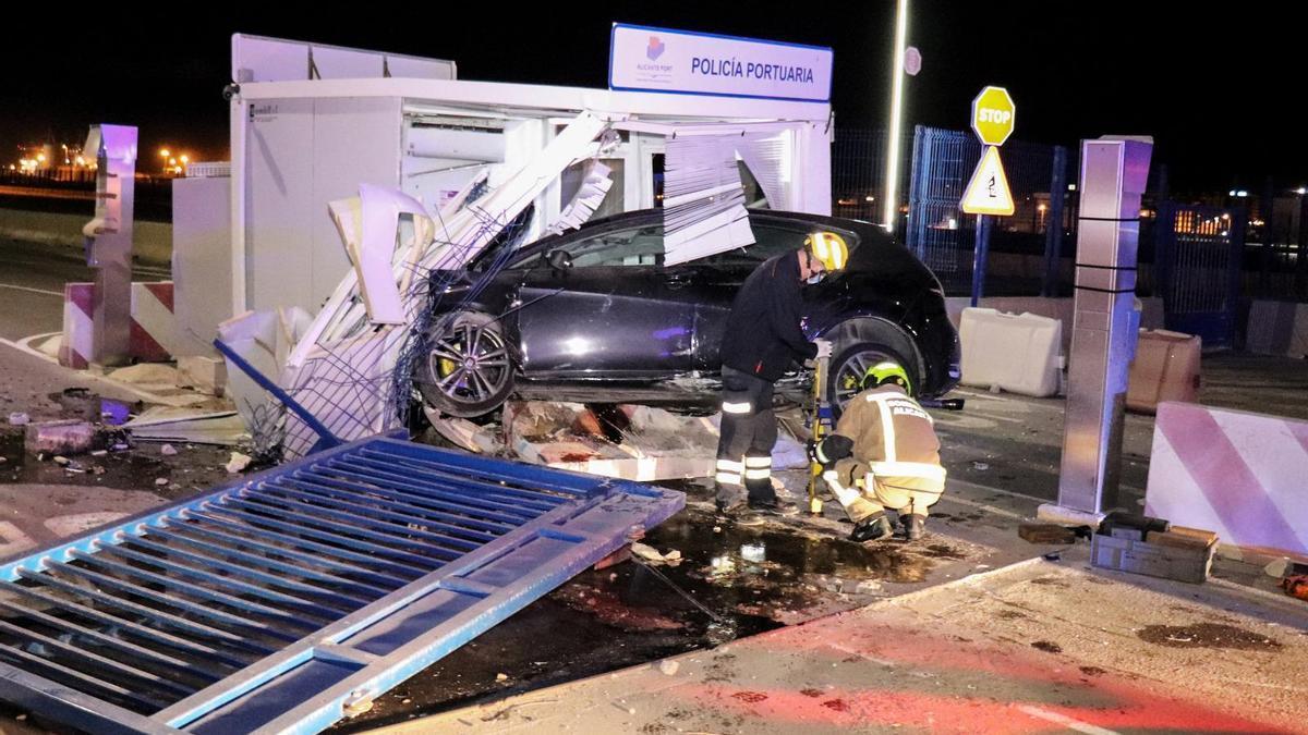 Estado en el que quedó el vehículo tras la persecución policial ocurrida anoche en Alicante