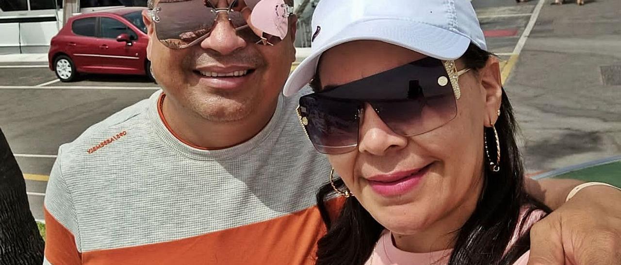 Adalberto Peñaranda y Sandra Maestre, en Puerto Banús (Marbella) la semana pasada. | | LP/DLP