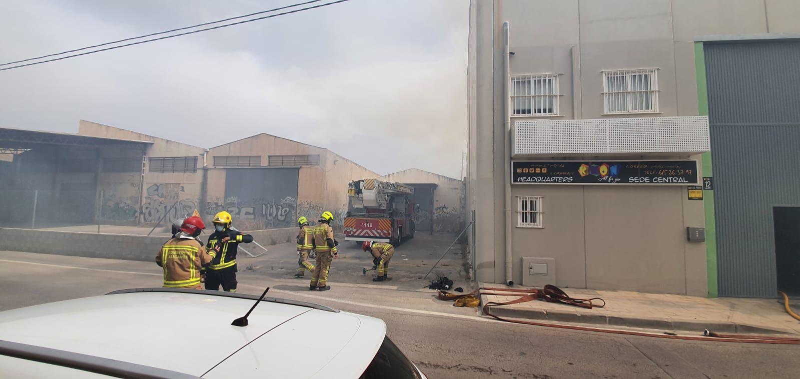 Dos intoxicados en el incendio de un almacén eléctrico en Alicante