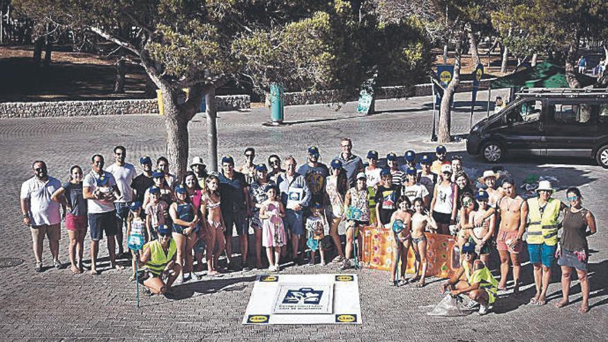 Lidl y Bandera Azul limpian la playa de Santa Ponça