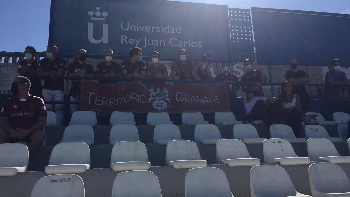 Aficionados del Pontevedra en el campo del Móstoles este mediodía