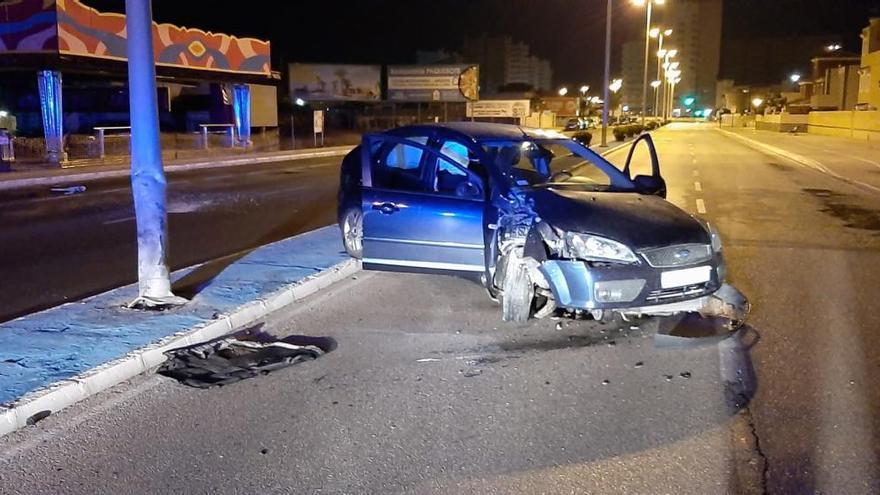 Salen ilesos tras estrellar su coche contra una farola en La Manga