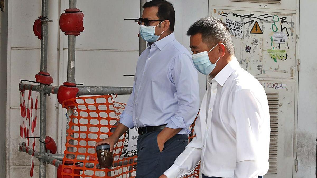 Anil Murthy y Kim Huat Koh, de camino a las oficinas del Valencia. | J.M. LÓPEZ